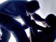 Đối tượng lạ vào nhà dùng kim tiêm khống chế, xâm hại bé gái