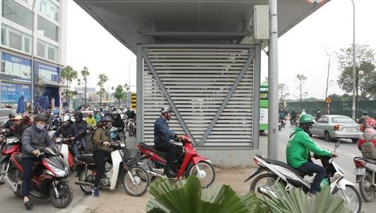 Clip: Xe máy ồ ạt tạt đầu buýt nhanh BRT để qua đường