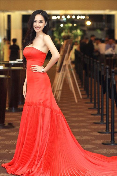 Mai Phương Thúy đẹp mê hồn với váy cúp ngực trễ nải - 7