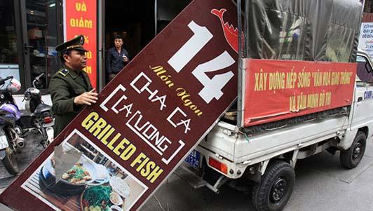 """""""Cuộc chiến"""" vỉa hè ở HN: Xế hộp cũng bị cẩu về phường"""