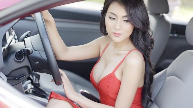"""Bộ ảnh """"Mỹ nữ Tuyệt Tình Cốc"""" đang gây xôn xao cộng đồng mạng bởi sựsexy của hai cô gái trong ảnh. Ít ai biết, một trong những cô gái xuất hiện trong bộ ảnh siêu HOT này là mộtmẫuảnh ô tô - xe máy thực thụ. Đó chính là người mẫu tự do,hotgirl Phạm Thúy Nga (sinh năm 1991)."""