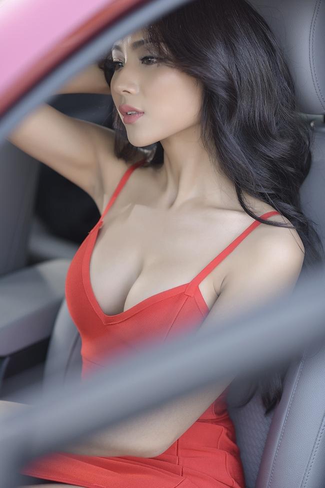 Mỹ nữ Tuyệt Tình Cốc quyến rũ bên Hyundai Elantra