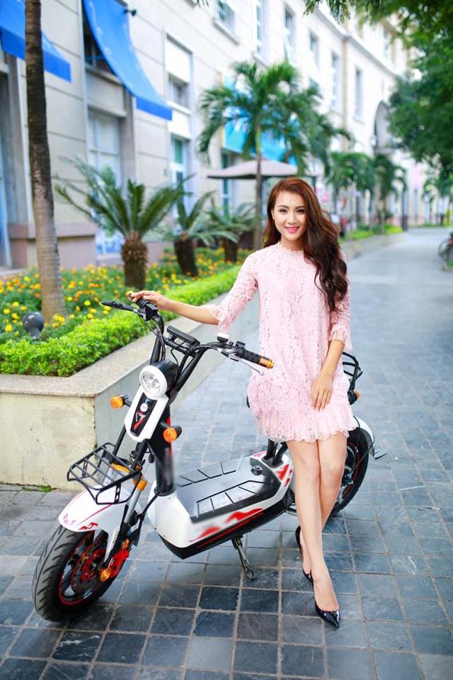 Không chỉ làm mẫu cho ô tô-xe máy, Nga Tây còn tham gia vào bộ ảnh quảng cáo xe đạp điện.