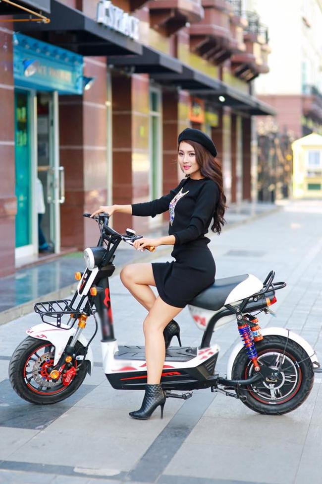 Tuy không nóng bỏng như những bộ ảnh chụp cùng ô tô-xe máy thế nhưng người mẫu này vẫn thu hút bởi sữ quyến rũ dịu dàng.