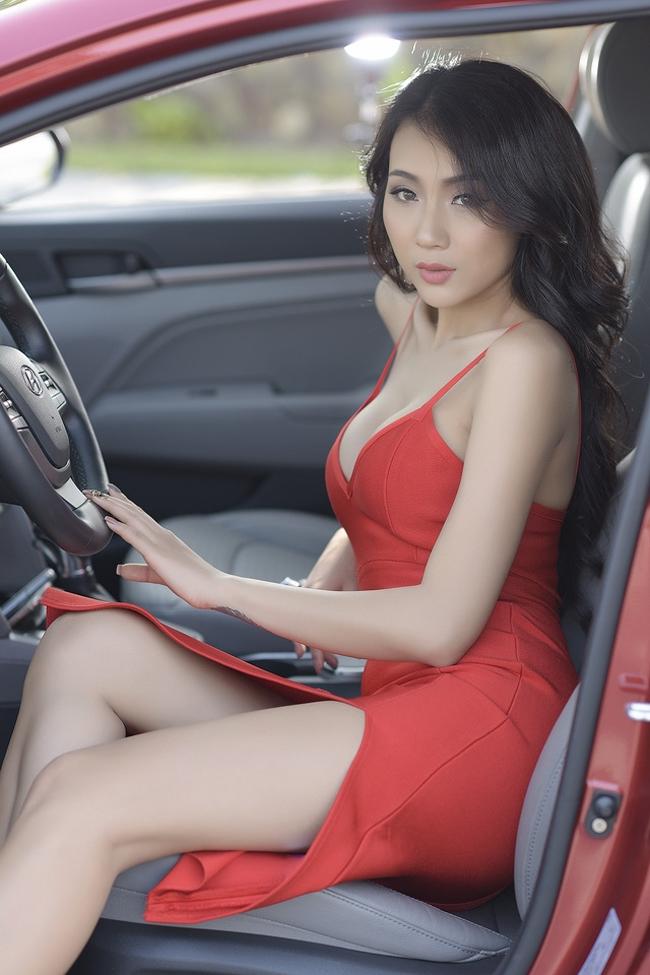 Với chiều cao 1 mét 67 và sở hữu số đo 3 vòng cực chuẩn, người mẫu này đã đốn tim không ít đấng mày râutrong những bộ ảnh chụp cùng xe như:Hyundai Elantra, Mercedes-Benz CLA, Audi TThay Yamaha R1.
