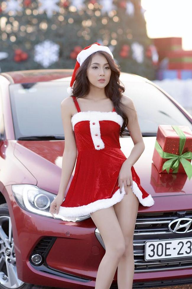 Trong trang phục Bà già Noel, Phạm Thúy Nga hâm nóng ngày đông lãnh lẽo.