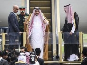 Thế giới - Vua Saudi bước từ máy bay dát vàng xuống đất Indonesia