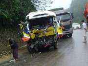 Tin tức trong ngày - Xe buýt nát bươm sau cú tông xe tải, 9 người thương vong