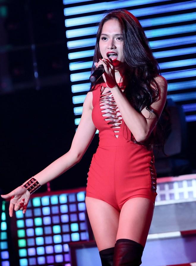 """Hương Giang Idol mặc thấu da """"nóng rực"""" ở hậu trường - 11"""