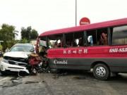 Tin tức trong ngày - Tài xế bị dính chặt vào cabin sau vụ tai nạn liên hoàn