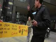 Tin tức trong ngày - Phụ nữ Hàn Quốc cầm biển chặn dòng xe leo vỉa hè ở HN