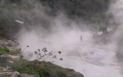 Kỳ lạ dòng sông nước sôi huyền bí giữa rừng Amazon - 1