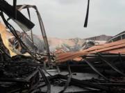 Sau tiếng nổ lớn, nhà kho hơn 1.000m2 rực lửa