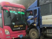 Xe khách chở 20 người đấu đầu xe tải trong sương mù