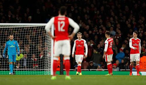 Arsenal lập kỉ lục tồi tệ, Sanchez vô tư cười ngoài sân