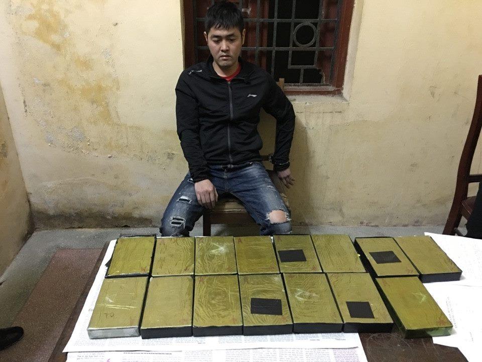 """""""Trùm"""" ma túy dùng vũ khí áp tải 15 bánh heroin về HN"""