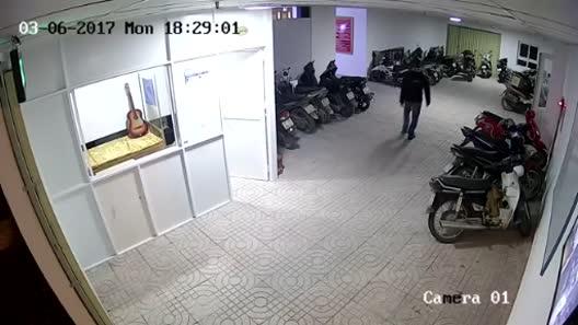 Trộm đột nhập chung cư, vô tư dắt xe máy đắt tiền
