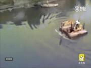 Phi thường - kỳ quặc - Dùng máy xúc để chèo qua sông và cái kết khó tránh