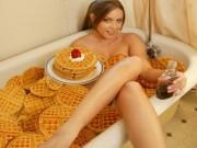 """Tranh vui - Hình ảnh """"khó tin"""" của chị em phía trong bồn tắm"""