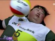 Thể thao - Bóng chuyền: 6 lần bóng đập vỡ mặt lại hóa người hùng
