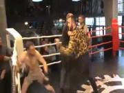 """Boxing: Bị chơi bẩn,  """" cân """"  luôn cả đội đối thủ"""