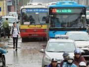 Tin tức trong ngày - Giao thông Hà Nội hỗn loạn ngày mưa gió, xe buýt lao lên vỉa hè