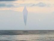 UFO hình kim cương xuất hiện trên biển rồi chui vào  cổng trời