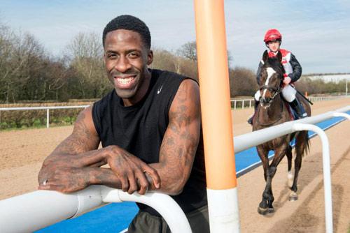 """Ngã ngửa: Siêu VĐV chạy nhanh hơn cả ngựa """"chiến"""""""