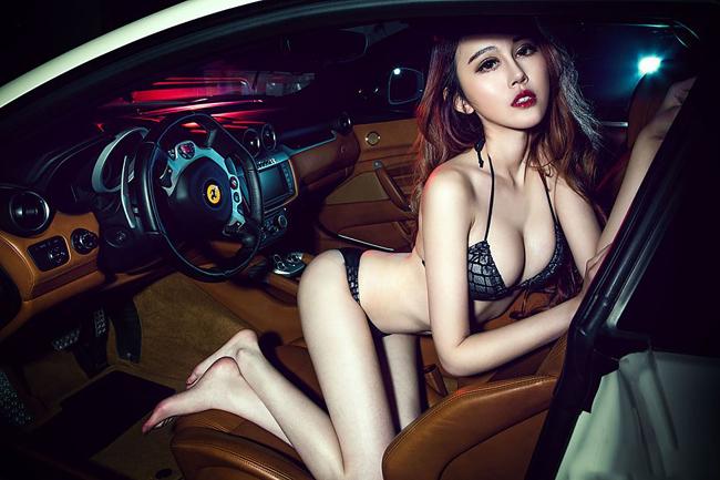 Nội thất sang trọng từ siêu xe cũng phải nhún nhường trước sức nóng của người đẹp
