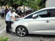 """Tin tức trong ngày - Bị xử phạt đậu xe chiếm vỉa hè: Tài xế lý luận """"cùn"""" với nữ chủ tịch phường"""