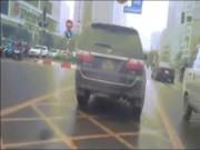 Clip: Ô tô gắn biển xanh vi vu trên đường của xe buýt BRT