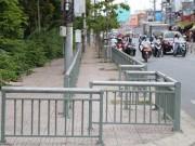 """Tin tức trong ngày - TP.HCM: """"Bít cửa"""" hàng rong bằng rào sắt kiên cố trên vỉa hè"""