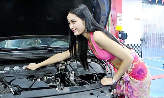 Cô nàng khéo léo kiểm tra phần động cơ