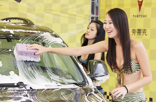 Chắc chắn doanh thu quán rửa xe đó sẽ đông nghịt khách hàng là nam giới