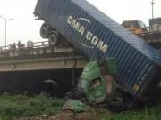 Tin tức trong ngày - HN: Tránh va chạm giao thông, container treo lơ lửng trên cầu Thanh Trì