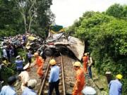 Tin tức trong ngày - Đường sắt Bắc-Nam tê liệt do xe tải dính chặt tàu lửa