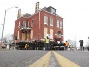 Phi thường - kỳ quặc - Cho tòa nhà cổ lên xe tải kéo đi cả cây số