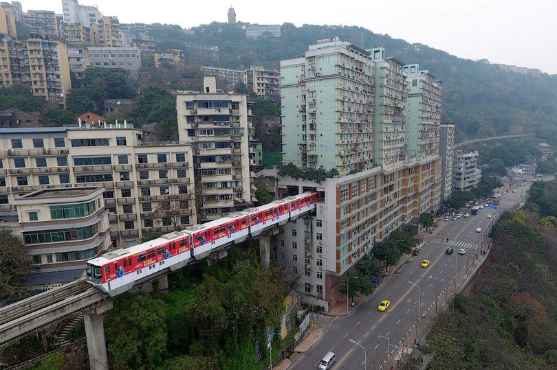 """TQ: Vì sao tàu điện trên cao """"xuyên thủng"""" nhà 19 tầng? - 4"""