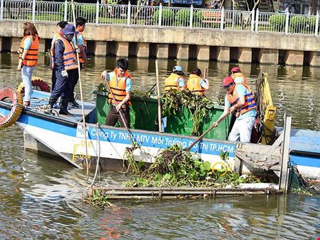 Sài Gòn mở tour… vớt rác cho du khách - ảnh 1