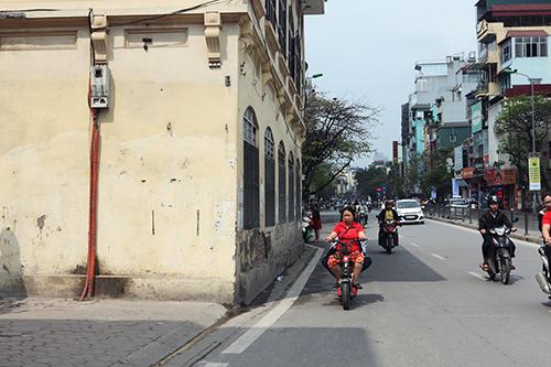 Những tuyến phố Thủ đô có vỉa hè cũng như không - 12