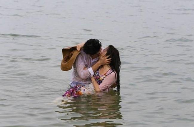 """"""" Tuổi thanh xuân """"  kể về chuyện tình đầy trắc trở giữa cô nữ sinh người Việt tên Linh (Nhã Phương) và chàng ca sĩ Jun Su (Kang Tae Oh). Ở phần 2, chuyện tình của họ gặp muôn vàn khó khăn khi Jun Su bị tai nạn và mất trí nhớ đồng thời đem lòng yêu Cynthia (Jung Hae Na). Cảnh hôn dưới nước của Jun Su - Linh & nbsp; trong phần 2 gây sốt bởi độ táo bạo cùng tình tiết hấp dẫn."""