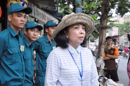 TP.HCM: Vỉa hè khác lạ sau khi bà nữ chủ tịch phường đi qua - ảnh 1