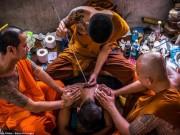 Ngàn Phật tử Thái Lan được nhà sư xăm mình