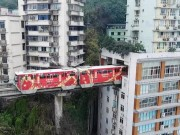 """TQ: Vì sao tàu điện trên cao  """" xuyên thủng """"  nhà 19 tầng?"""