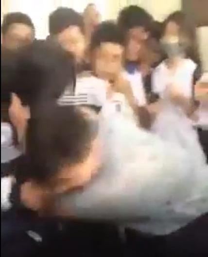 Hà Nội: Nam sinh đánh nữ sinh dã man ngay trong giờ ra chơi - ảnh 1