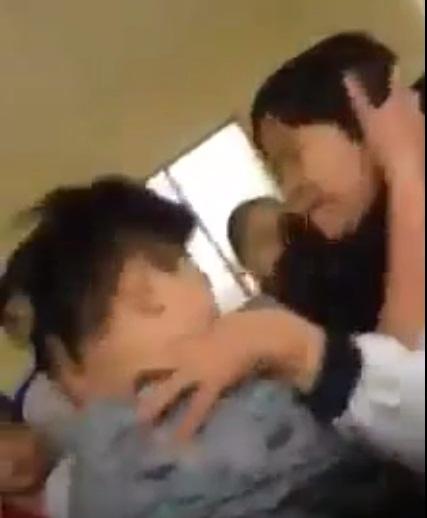 Hà Nội: Nam sinh đánh nữ sinh dã man ngay trong giờ ra chơi - ảnh 2