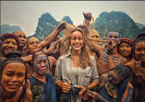 Phấn khích cảnh thổ dân Ninh Bình nghịch tóc gái Tây - ảnh 1