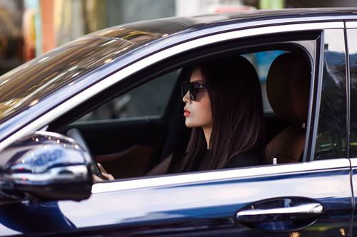 Kỳ Duyên diện xẻ cao, lái xế 2,5 tỷ đi thử đổ - ảnh 1