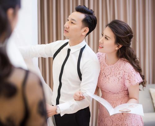 Hé lộ váy cưới cầu kỳ giá hàng trăm triệu của vợ MC Thành Trung - ảnh 1