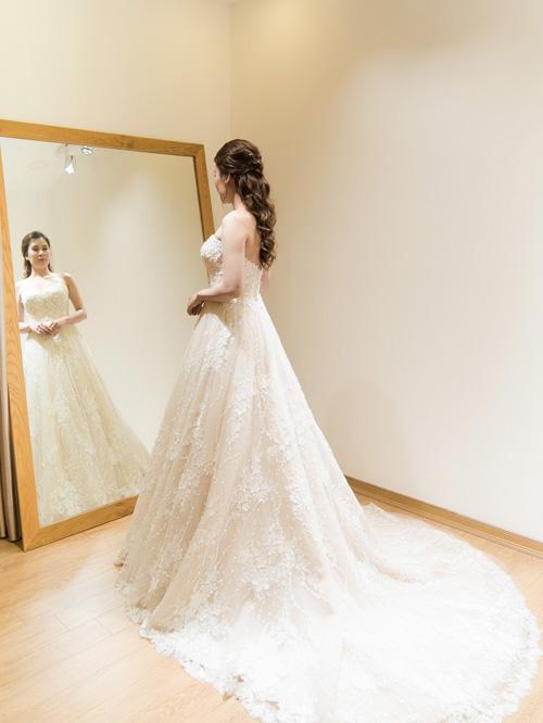 Hé lộ váy cưới cầu kỳ giá hàng trăm triệu của vợ MC Thành Trung - ảnh 3